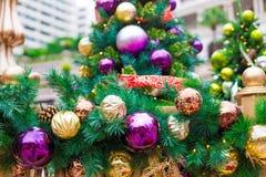 Luces de la Navidad que cuelgan en árbol fotografía de archivo