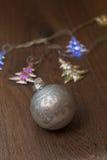 Luces de la Navidad y bolas de cristal Foto de archivo