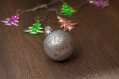 Luces de la Navidad y bolas de cristal Imagen de archivo