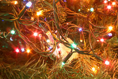luces de la Navidad y colores brillantes en el árbol como decoración Imágenes de archivo libres de regalías