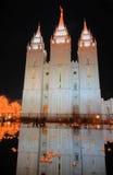 Luces de la Navidad y reflexión del templo mormónico Fotos de archivo libres de regalías