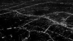 Luces de la noche de la ciudad. Visión desde la ventana del aeroplano