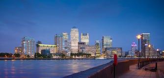 Luces de la noche del distrito del negocio y de las actividades bancarias de Canary Wharf Fotos de archivo libres de regalías