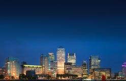 Luces de la noche del distrito del negocio y de las actividades bancarias de Canary Wharf, Londres Imágenes de archivo libres de regalías