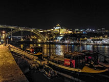 Luces de la noche en barcos del puerto de Oporto Imagenes de archivo