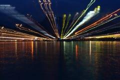 Luces de la noche en la playa del océano Foto de archivo