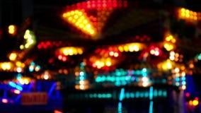 Luces de la noche de un parque de atracciones metrajes