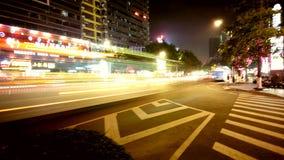 Luces de la noche y pistas ligeras en caminos urbanos imagenes de archivo