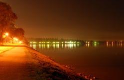 Luces de la orilla del mar de la ciudad Fotos de archivo libres de regalías