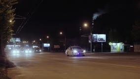 Luces de la policía Coche policía en la noche almacen de metraje de vídeo