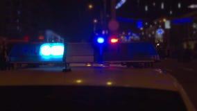 Luces de la policía encima de un coche policía almacen de video