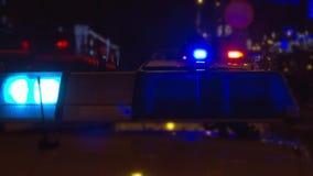 Luces de la policía encima de un coche policía almacen de metraje de vídeo