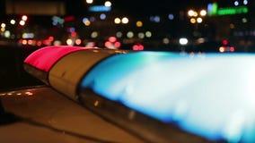Luces de la policía que destellan en la noche céntrica almacen de video