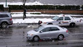 Luces de la policía que destellan y que paran en el camino
