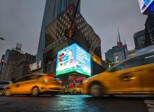 Luces de la publicidad en las calles de Manhattan en el tiempo de la tarde Imagen de archivo