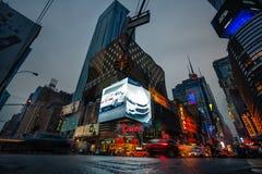 Luces de la publicidad en las calles de Manhattan en el tiempo de la tarde Fotografía de archivo libre de regalías