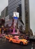 Luces de la publicidad en las calles de Manhattan en el tiempo de la tarde Imagen de archivo libre de regalías