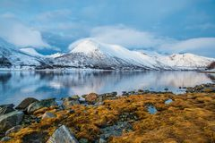 Luces de la puesta del sol en un fiordo cerca del tromso imagen de archivo libre de regalías