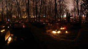 Luces de la vela en el cementerio Foto de archivo libre de regalías