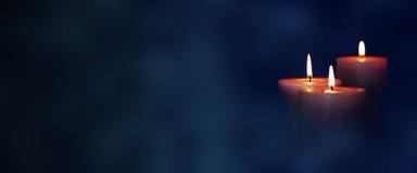 Luces de la vela en la oscuridad Imagen de archivo libre de regalías