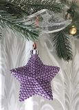 Luces de las estrellas de la Navidad en rama de árbol de pino Fotografía de archivo libre de regalías