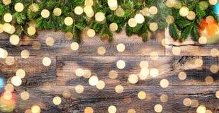 Luces de madera del fondo de las ramas de árbol de navidad Fotos de archivo