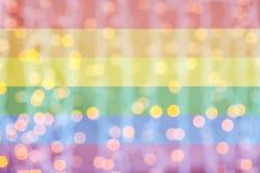 Luces de oro borrosas sobre fondo de la bandera del arco iris ilustración del vector