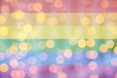 Luces de oro borrosas sobre fondo de la bandera del arco iris stock de ilustración