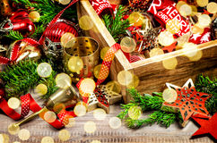 Luces de oro de los ornamentos de las decoraciones de la Navidad Imagen de archivo libre de regalías