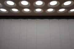 Luces de techo interiores modernas escena contemporánea del teatro foto de archivo libre de regalías