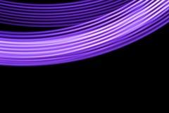 Luces de tira de neón violetas contra fondo negro Fotos de archivo libres de regalías