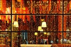 Luces decorativas de la Navidad de la ventana del restaurante Fotos de archivo libres de regalías