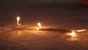 Luces decorativas en la arena en la playa en Goa almacen de metraje de vídeo