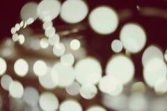 Luces Defocused de la decoración de la Navidad en un cuarto oscuro El vintage entonado colorized en color de oro saturado punto b Fotos de archivo