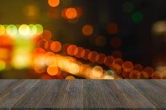 Luces Defocused del bokeh con la terraza de madera Imágenes de archivo libres de regalías