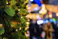 Luces del árbol de navidad con el fondo borroso de las luces de calle fotografía de archivo libre de regalías