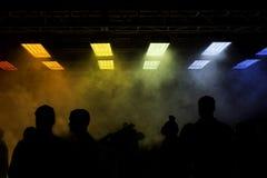 Luces del arco iris con niebla y siluetas Foto de archivo