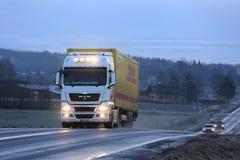 Luces del camión del HOMBRE blanco TGX por la tarde del invierno Foto de archivo libre de regalías