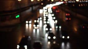 Luces del coche del atasco Calle en la noche de un puente Coches que pasan cerca Tarde oscura almacen de metraje de vídeo
