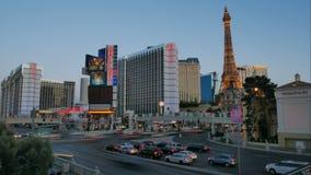 Luces del coche y luces del edificio en la tira de Las Vegas metrajes
