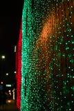 Luces del día de fiesta que brillan intensamente céntricas en la noche imagen de archivo libre de regalías
