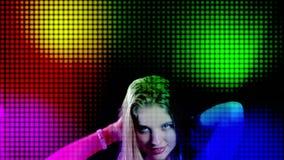 Luces del disco y pantalla llevada de la etapa ligera con la mujer del baile