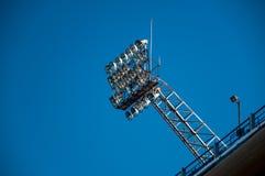 Luces del estadio y cielo azul Fotos de archivo libres de regalías