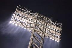 Luces del estadio y rayos ligeros fotografía de archivo libre de regalías