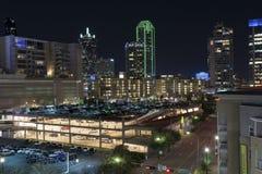 Luces del horizonte de Dallas más allá del encendido encima de parking Fotografía de archivo libre de regalías