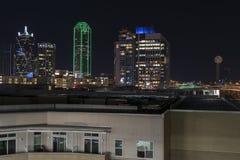 Luces del horizonte de Dalllas en la noche detrás de la construcción de viviendas Foto de archivo