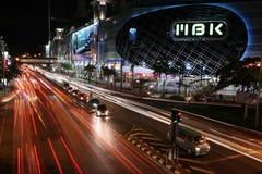 Luces del rastro del tráfico en Bangkok Imagenes de archivo