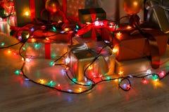 Luces del regalo de Navidad y de la guirnalda, concepto del día de fiesta Imágenes de archivo libres de regalías