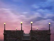 Luces del tejado bajo los cielos crepusculares Foto de archivo libre de regalías