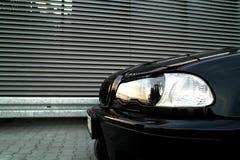 Luces delanteras de un coche Fotos de archivo libres de regalías